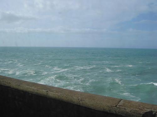 海が時化てる??