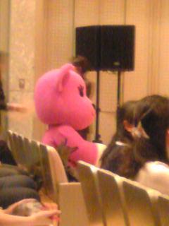 ピンクの記者さん