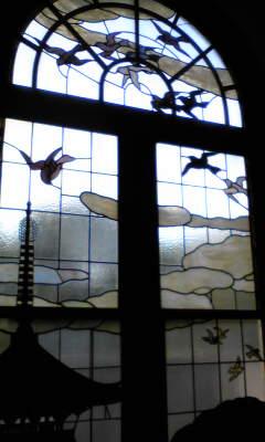 ステンドグラスも鳩